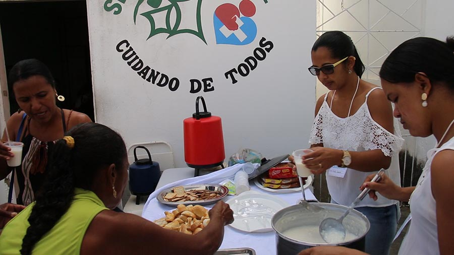 secretaria distribui lanches ao pacientes do glaucoma